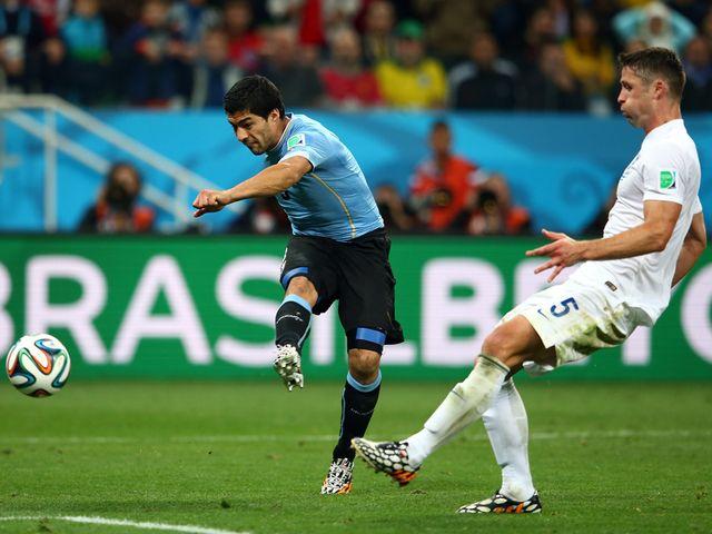 Luis Suarez scores Uruguay's winner