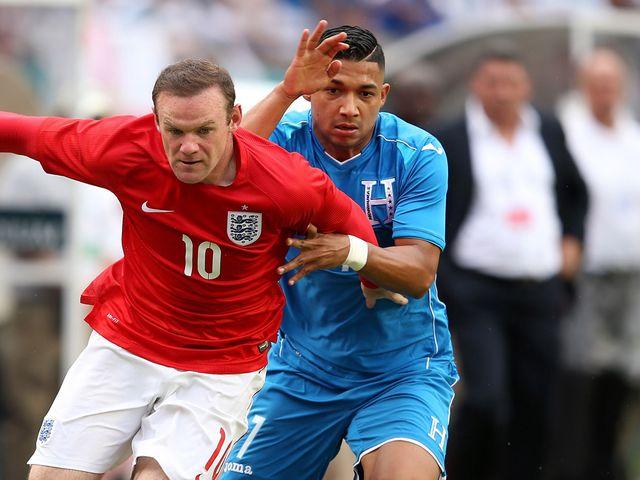 Wayne Rooney holds off Emilio Izaguirre