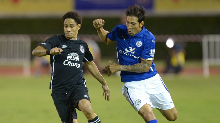 Steven Pienaar holds off Leonardo Ulloa in Leicester's 1-0 win over Everton