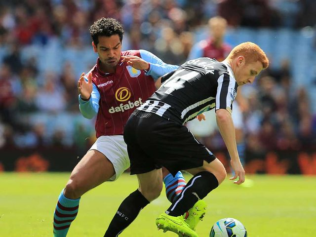 Kieran Richardson and Jack Colback battle for the ball