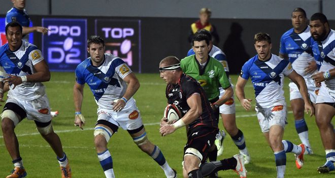 Toulouse flanker Imanol Harinordoquy runs at the Castres defence
