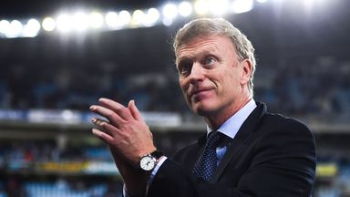 Head coach David Moyes of Real Sociedad acknowledges the crowd
