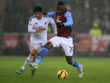 Swansea City's Ki Sung-Yueng (left) and Aston Villa's Christian Benteke battles for the ball