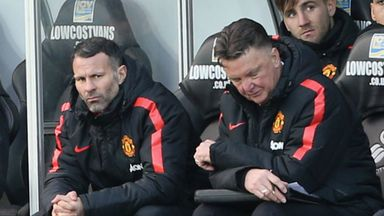 Manchester United boos Louis van Gaal (R) and assistant Ryan Giggs