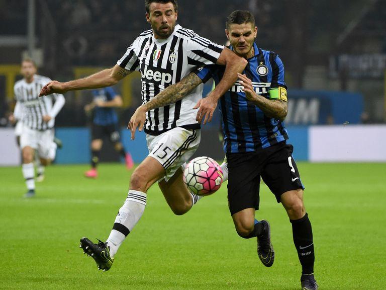 Juventus' Andrea Barzagli (l) battles with Mauro Icardi
