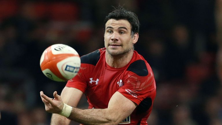 Wales scrum-half Mike Phillips has announced his retirement from internationmal rugby.