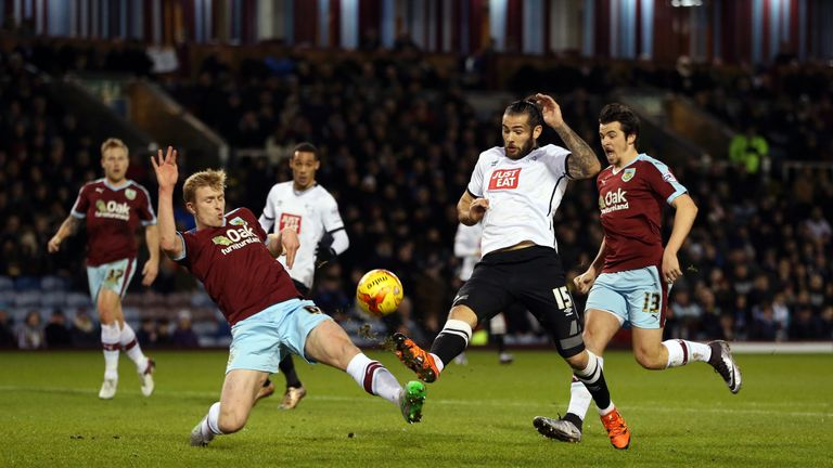 Derby County's Bradley Johnson (second right) and Burnley's Ben Mee (left) battle for the ball