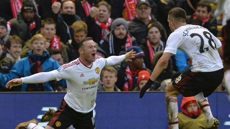 Man Utd's Wayne Rooney (L) celebrates scoring the winner against Liverpool