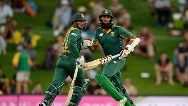 Quinton de Kock and Hashim Amla run between the wickets
