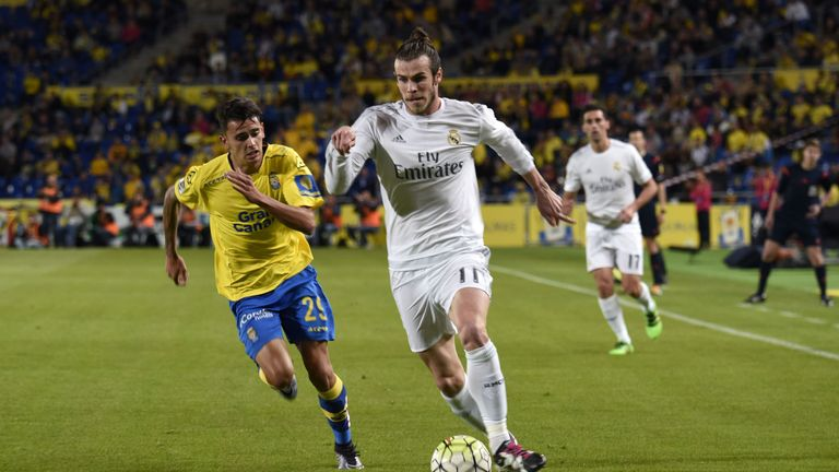 Gareth Bale (right) vies with Las Palmas' midfielder Juan Carlos Valeron