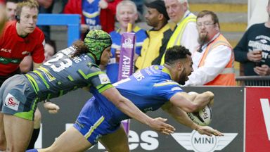Ryan Atkins beats Ashton Golding to score Warrington's fourth try against Leeds