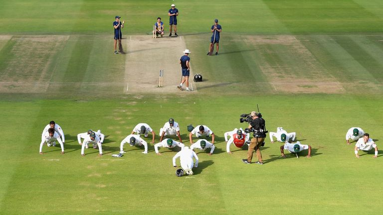 Pakistan celebrate their first Test victory with press-ups