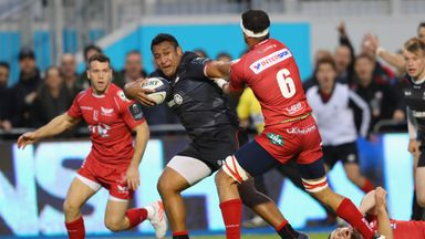 Mako Vunipola breaks away to score for Saracens against Scarlets