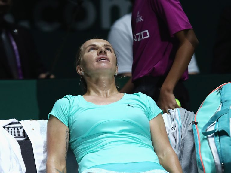 Tennis player Svetlana Kuznetsova cuts hair during match