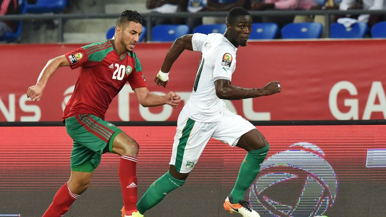 Morocco's forward Aziz Bouhaddouz (L) challenges Ivory Coast's defender Eric Bailly