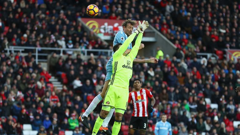 Skysports-peter-crouch-vito-mannone_3869985