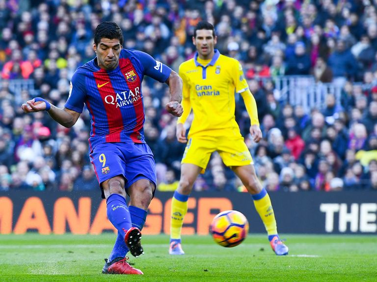 Suarez, Messi keep Barca on Madrid's tail