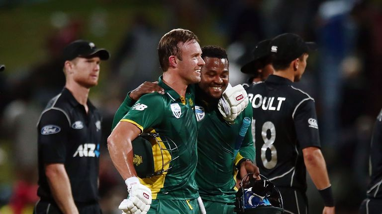 HAMILTON, NEW ZEALAND - FEBRUARY 19:  AB de Villiers of South Africa celebrates with teammate Andile Phehlukwayo after winning the First One Day Internatio