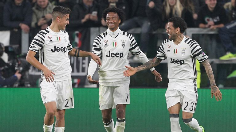 Juventus' Juan Cuadrado (L) and Dani Alves (R) celebrate