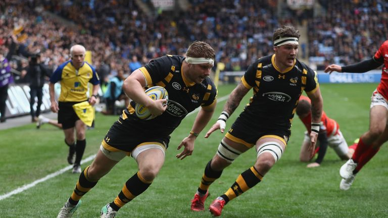 Thomas Young of Wasps dives over for his third try