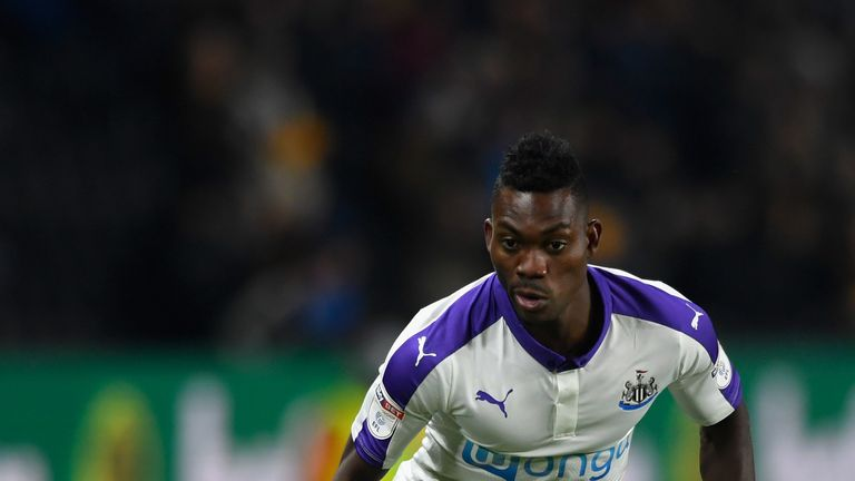 HULL, ENGLAND - NOVEMBER 29:  Newcastle player Christian Atsu in action during the EFL Cup Quarter-Final match between Hull City and Newcastle United at KC