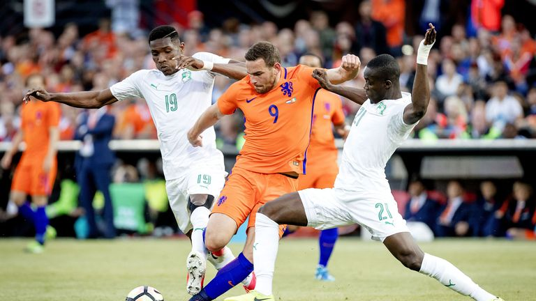 Netherlands' Vincent Janssen (C) vies with Simon Deli (L) and Eric Bailly of Ivory Coast