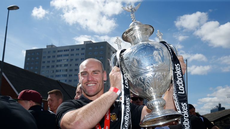 Hull FC captain Gareth Ellis with the Challenge Cup trophy in 2016