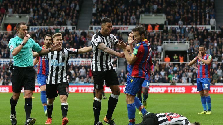 Jamaal Lascelles reacts after Yohan Cabaye's heavy challenge on DeAndre Yedlin