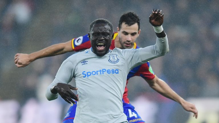 LONDON, ENGLAND - NOVEMBER 18:  Oumar Niasse of Everton is closed down by Luka Milivojevic of Crystal Palace during the Premier League match between Crysta