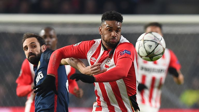PSV Eindhoven's forward Jurgen Locadia (R) evades Atletico Madrid's defender Juanfran
