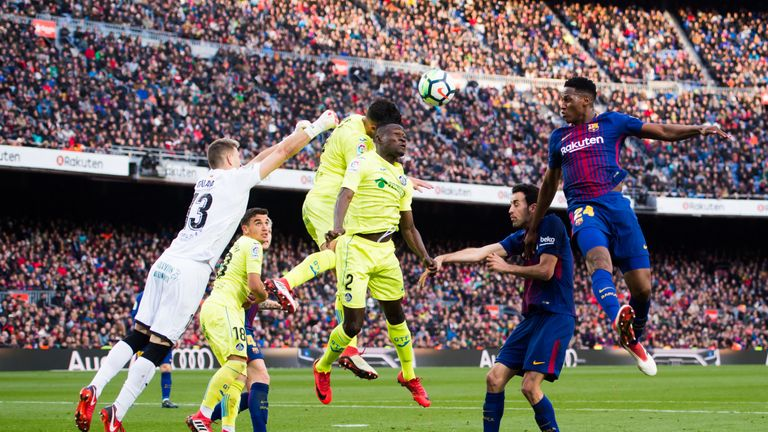 Yerry Mina heads goalwards on his Barcelona debut