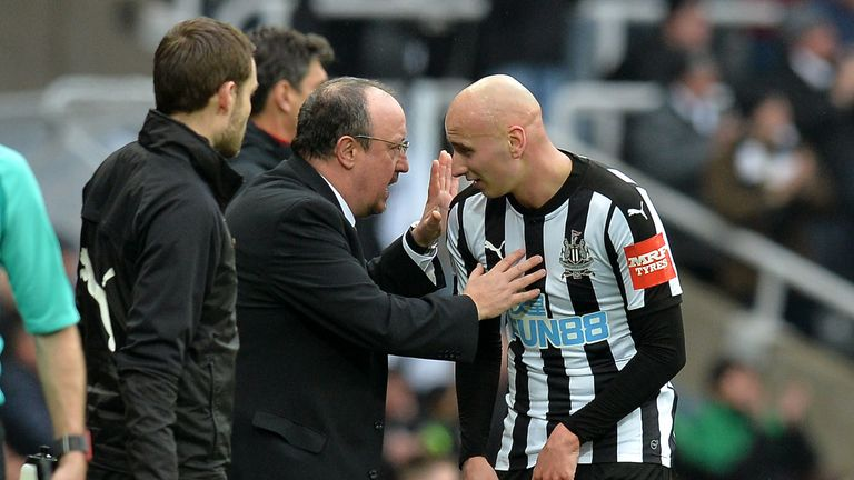 Rafael Benitez passes on some instructions to Jonjo Shelvey
