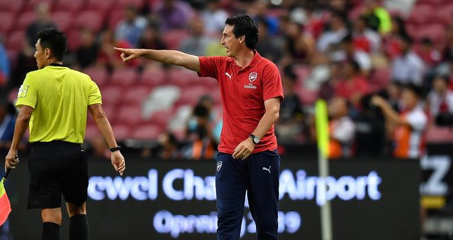 Unai Emery gives instructions to his Arsenal players