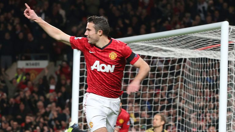 Robin van Persie's goal keeps Manchester United clear of City at the summit
