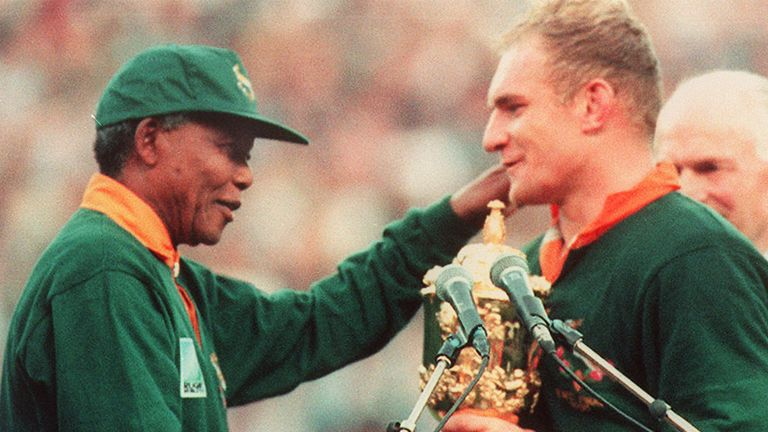 Nelson Mandela presents the Webb Ellis Cup to an emotional Francois Pienaar