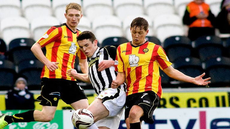 John McGinn (centre) sandwiched by Thistle's Chris Erskine and James Craigen