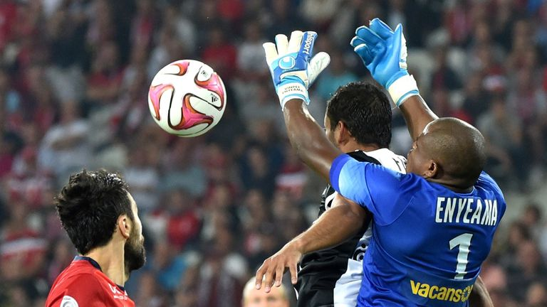 Lille's Nigerian goalkeeper Vincent Enyeama tries to claim the ball