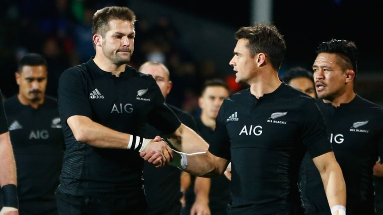 Richie McCaw (L) and Dan Carter (R) of the All Blacks shake hands before the Rugby Championship match against Argentina