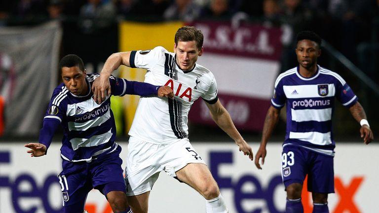 Jan Vertonghen is put under pressure