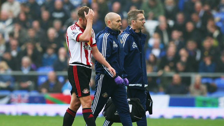 Sunderland midfielder Lee Cattermole leaves the pitch during the game against Everton