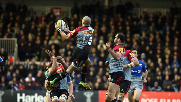 Mike Brown catches a high ball against Saracens