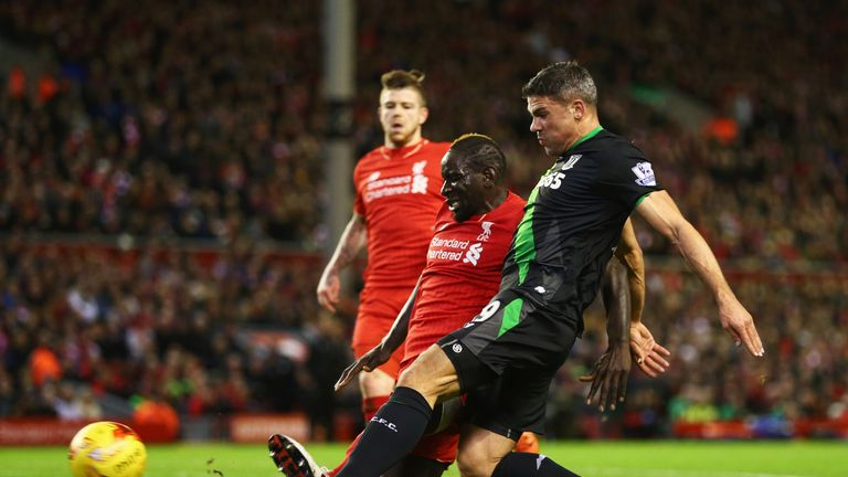Jonathan Walters of Stoke City shoots wide under pressure from Mamadou Sakho