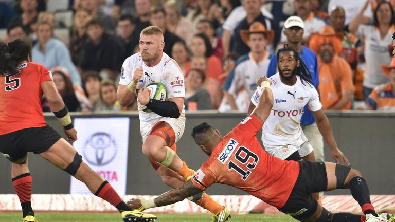 Paul Schoeman takes on the Sunwolves defence