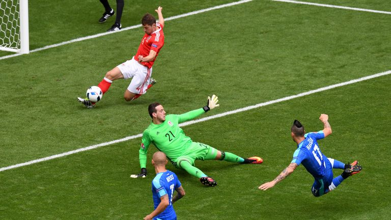 Ben Davies clears Marek Hamsik's shot