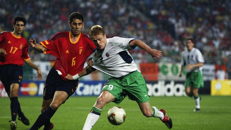 Fernando Hierro of Spain tussles with Damien Duff of the Republic of Ireland during the 2002 World Cup