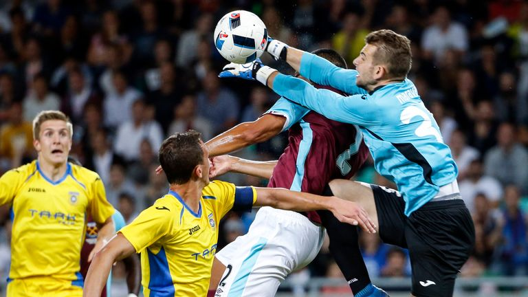 Winston Reid is fouled by goalkeeper Axel Maraval, leading to West Ham's penalty