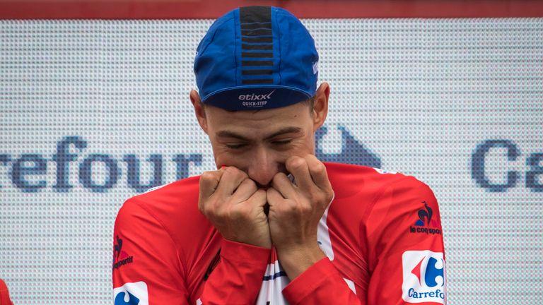 De la Cruz celebrates on the podium with the red jersey