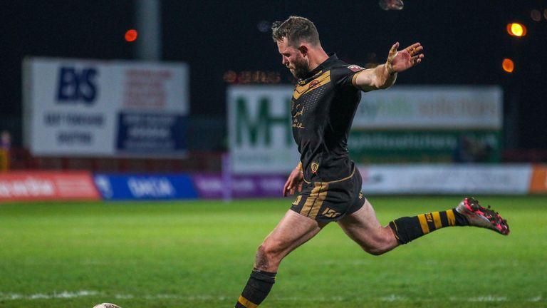 Pat Richards kicks for goal against Hull KR