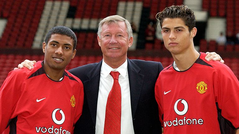 Sir Alex Ferguson poses with new signings Kleberson and Ronaldo back in 2003