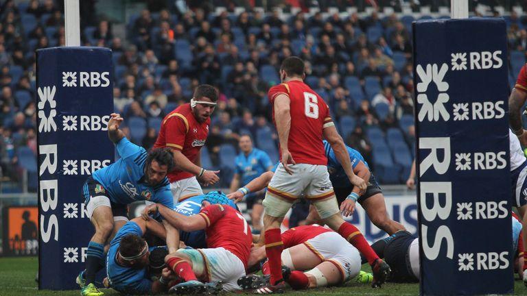 Edoardo Gori scores the opening try from a maul